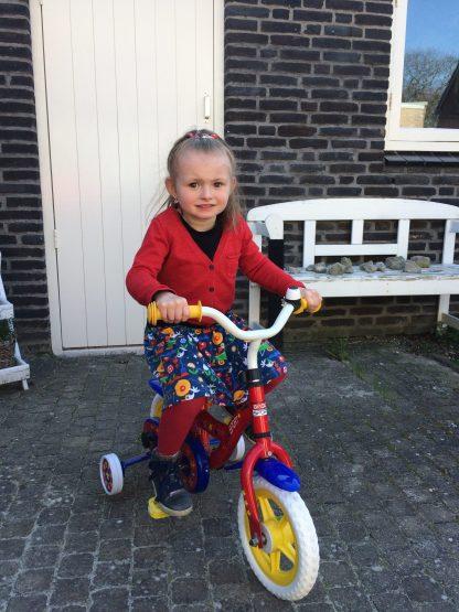 Isa in rimpelrok op de fiets
