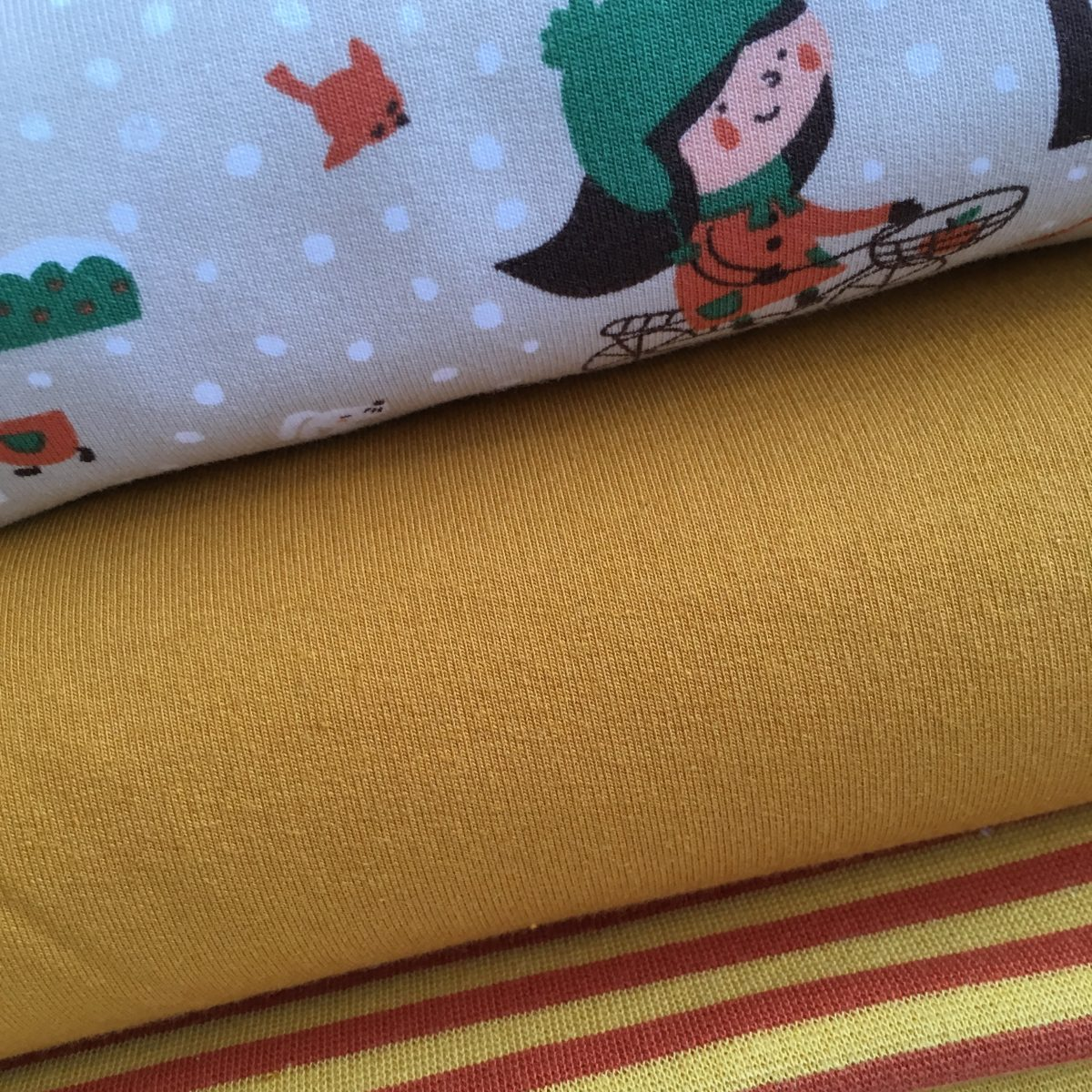 Close up foto van de Wintergirl summersweat, oranje summersweat en boordstof geel/oranje gestreept - Najaarscollectie 2018 Kleine Benjamins