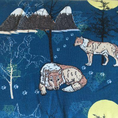 Een close up van de stof Der Einsame Wolf van Lillestof. Een blauwe summersweat met een lijntekening van wolven. Deze stof wordt gebruikt in de najaarscollectie 2018 van Kleine Benjamins.