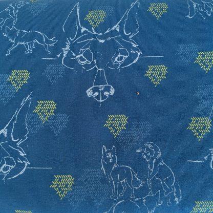 Een close up van de stof Der Tanzende Wolf van Lillestof. Een blauwe summersweat met een lijntekening van wolven. Deze stof wordt gebruikt in de najaarscollectie 2018 van Kleine Benjamins.