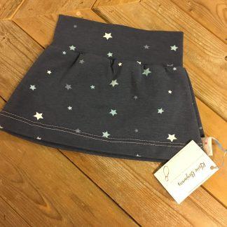 Handgemaakt rokje sterren, een blauwe rok van tricot met lichtblauwe en witte sterren erop.