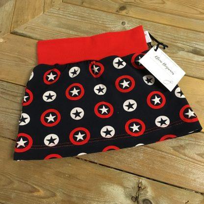 Een handgemaakte rok sterren rood, met de kleuren blauw, rood en wit.