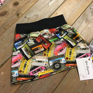 Handgemaakte rok cassettebandje. Retro uitziende cassettebandjes op een rokje in alle kleuren van de regenboog