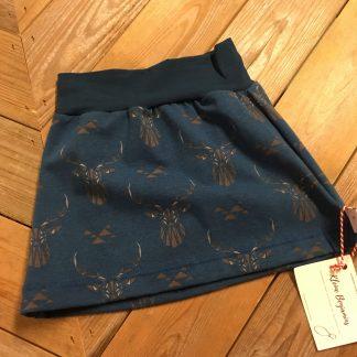 Handgemaakte rok hert, een diepblauwe basis met een grafische print van herten hoofden in bruin/grijs