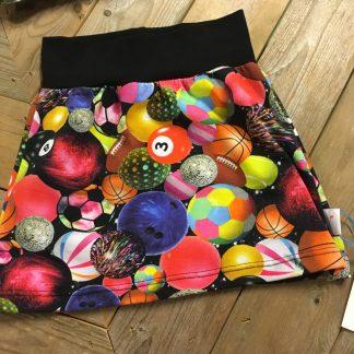 Handgemaakte rok met ballen, in felle neonkleuren. Maat 98/104
