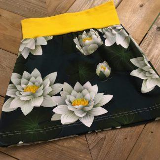 Handgemaakte rok met waterlelies op een donkerblauwe basis en een gele heupboord. Maat 98/104