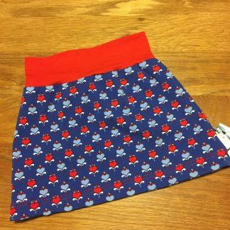 Handgemaakte rok harten blauw rood. Een prachtige biologische tricot met een donkerblauwe basis en helderrode en lichtblauwe harten.