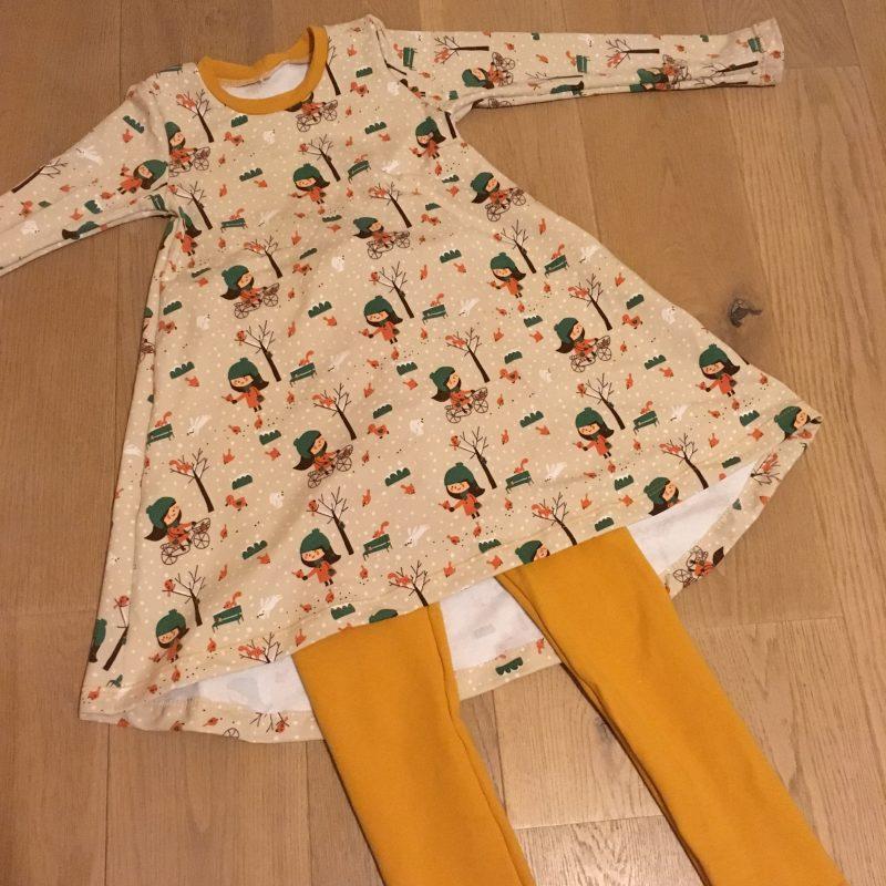 T-shirtjurk winters meisje, in oranje en groentinten. Wijdvallend model