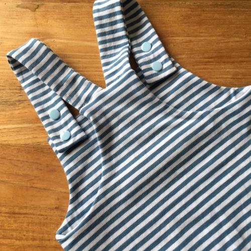 Detail foto van een handgemaakte tuinbroek in blauw witte strepen