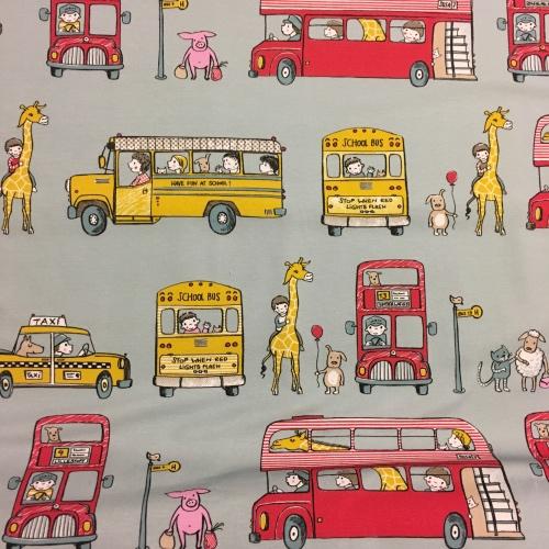Biologische tricot met gele schoolbussen en rode dubbeldekkers. Menselijke en dierlijke passagiers: varkens, giraffen en honden. Op een lichtblauwe achtergrond