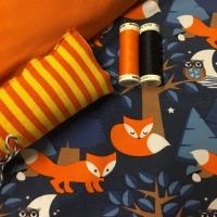 Biologische tricot met oranje vossen op een blauwe achtergrond. Gecobineerd met kaneeloranje tricot en geel oranje gestreepte boordstof