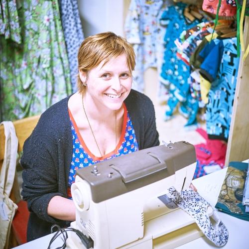 Een foto van Inge in haar winkeltje met handgemaakte kinderkleding