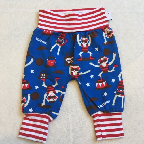Stoere babybroek in rood wit blauw, met sterke circusmannen