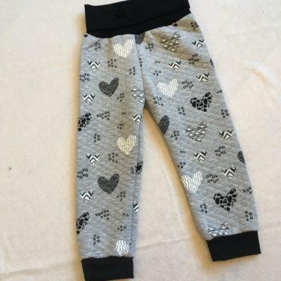 Babybroek met harten uitgevoerd in zwart/wit/grijs, gestepte sweaterstof