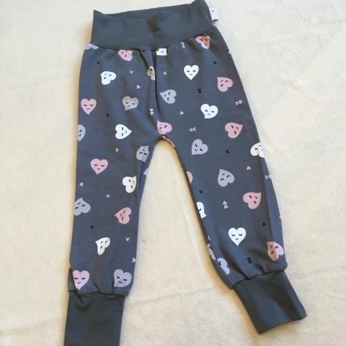 Grijze broek met roze en witte hartje, uitgevoerd in zachte tricot