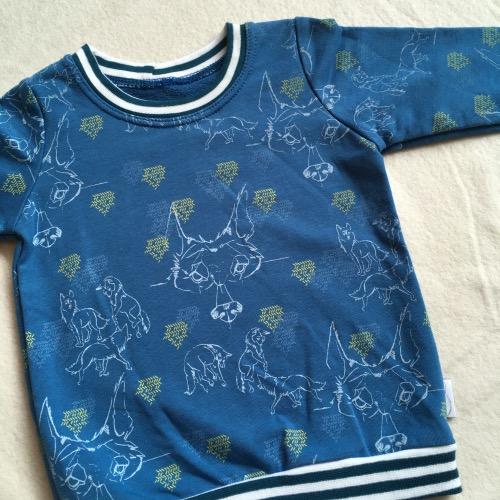 Blauw shirt met dansende wolf pentekening