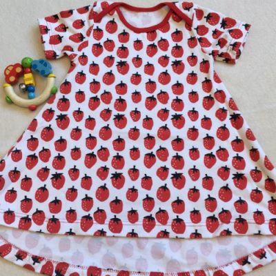 T-shirtjurk aardbeien met korte mouw met witte achtergrond
