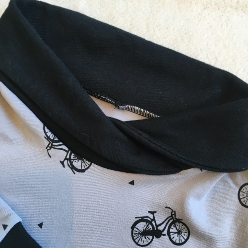 Detail kraag trui met fietsen