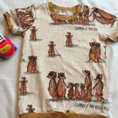 Een t-shirt met stokstaartjes en korte mouwen