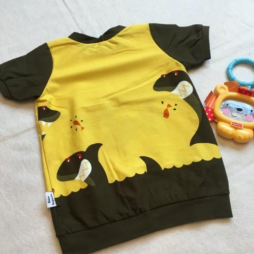 Achterkant: T-shirt haaien in stoere geel met bruine uitvoering, korte mouw