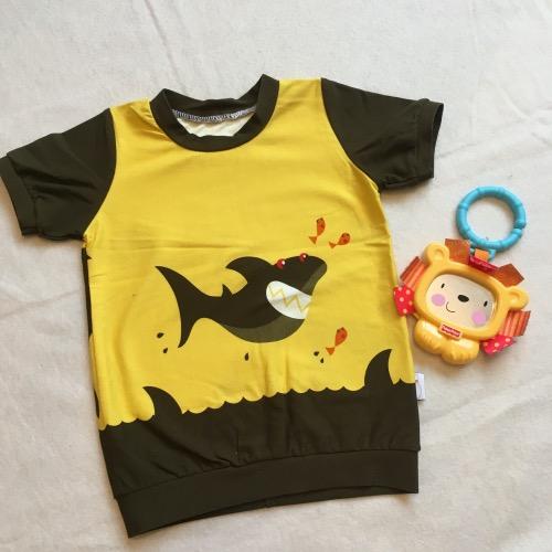 T-shirt haaien in stoere geel met bruine uitvoering, korte mouw