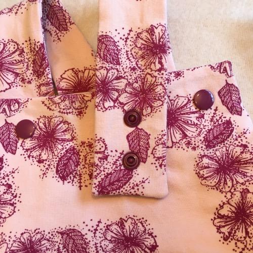 Tuinbroek Roze bloemen detail drukknopen