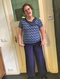 Dame toont vol trots haar nieuwe kleren, een t-shirts met grappige kraag details en een aangepaste broek zonder knoopsluiting